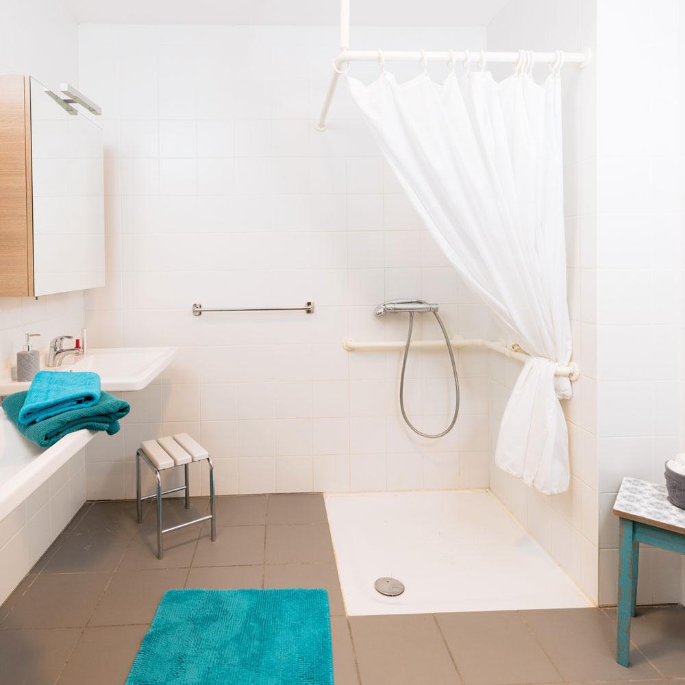 Salle de bain dans un appartement meublé à la Résidence Accordage